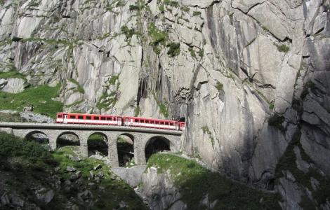 Szwajcaria - Na szynach wśród alpejskich krajobrazów. Wiadukty, tunele, lodowce i winnice