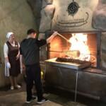 Wypiekanie sękacza Wycieczka na Litwę. Własność Biuro Podróży Variustur